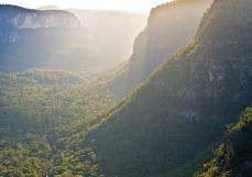 sandstone-cliffs-above-capertee-valley-in-wollemi-national-park